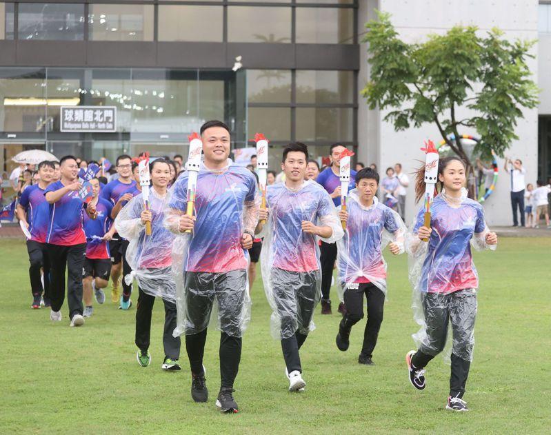 鄭兆村(前排左)、文姿云(前排右)、李智凱(中)、雷千瑩(後排右)及戴資穎擔任聖火火炬手。圖/國訓中心提供