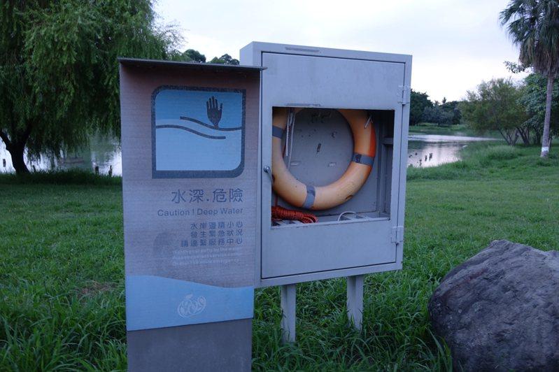 水域設置救生圈以防有人落水時可救溺,高雄市水利局、養工處正檢討加設,或汰舊換新。記者楊濡嘉/攝影