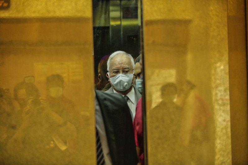 馬來西亞前總理納吉涉貪第一案一審宣判有罪,表情黯然。 歐新社