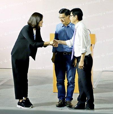 高雄市長補選政見發表會日前舉行,三位候選人李眉蓁(左起)、吳益政、陳其邁在政見會前互相握手。 圖/高雄市選委會提供