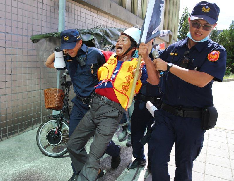 監察院昨舉行新任監察院長就職暨國家人權委員會揭牌典禮,場外抗議民眾被警方驅離。記者林澔一/攝影
