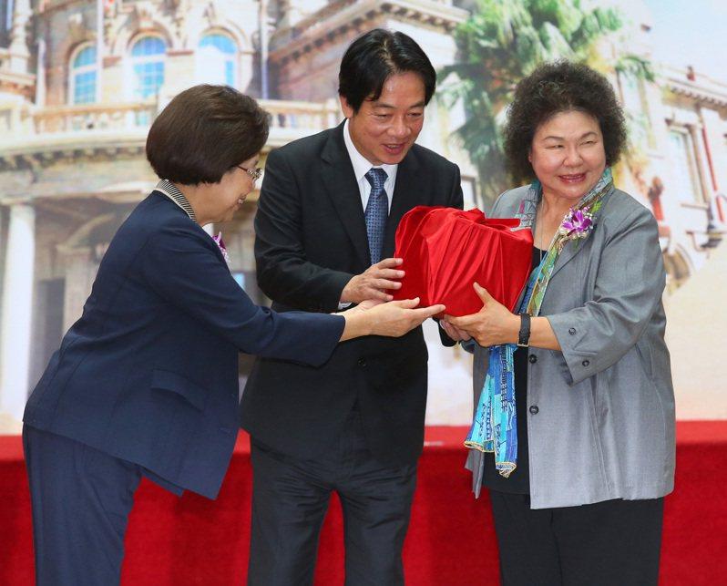 在副總統賴清德(中)監交下,監察院新舊任院長陳菊(右)與張博雅(左)交接印信。記者林澔一/攝影