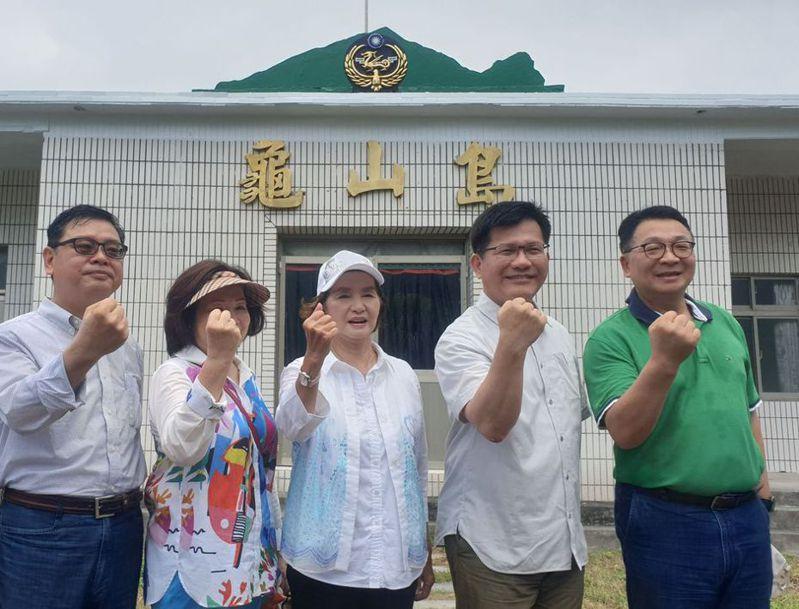 交通部長林佳龍(右二)昨走國道五號到宜蘭出席龜山島慶祝活動,卻塞在雪隧,遲到約50分鐘。  記者王燕華/翻攝