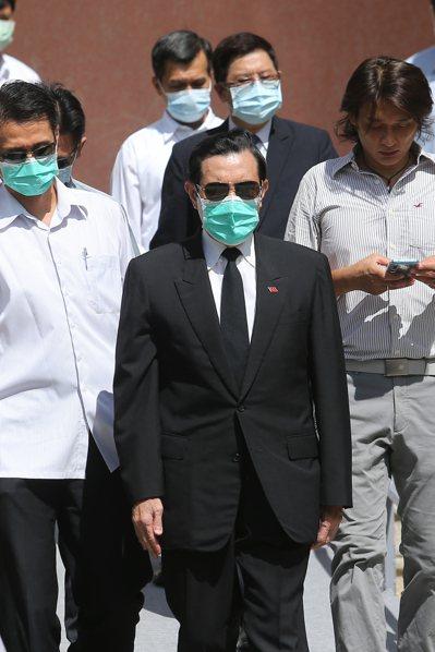 前總統馬英九(中)昨天前往設於台北賓館內的故總統李登輝緬懷追思會場致意。記者季相儒/攝影