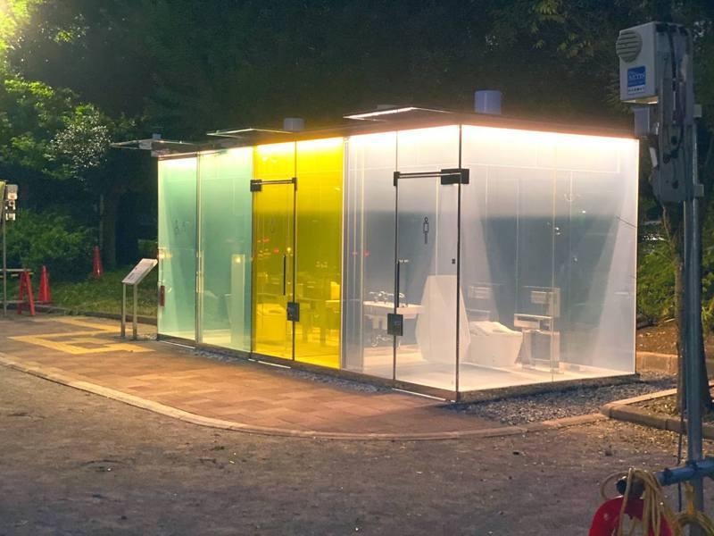 日本東京澀谷某公園最近出現「透明廁所」,當有人鎖門時玻璃會立即變為不透明。圖/Twitter「yukio」