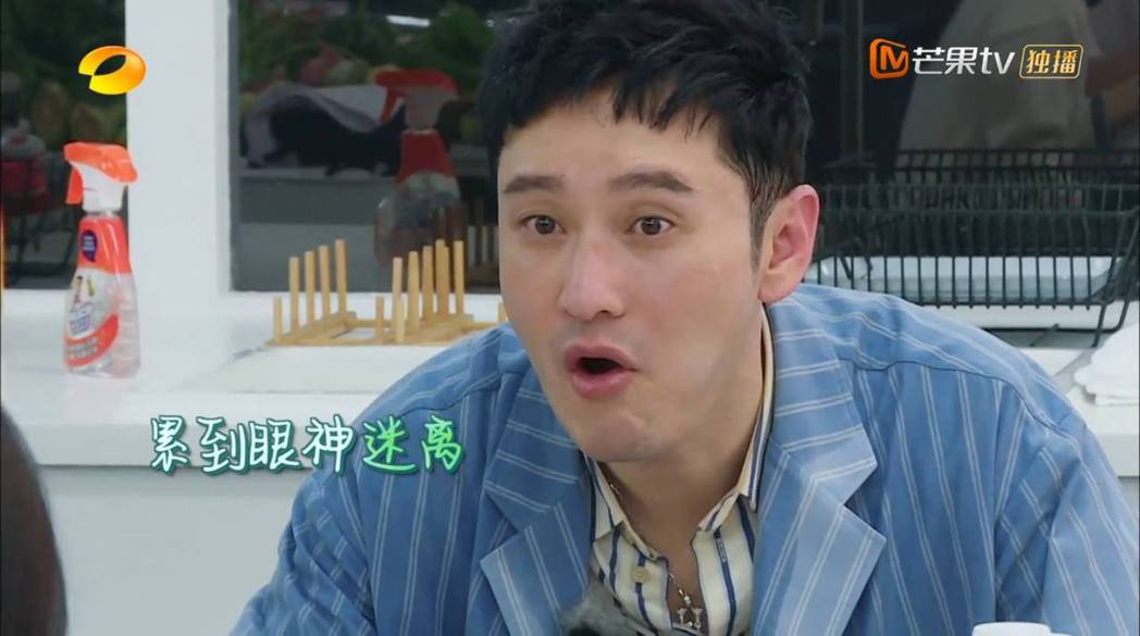 黃曉明臉上因為汗水嚴重脫妝,累到眼神迷離。 圖/擷自芒果tv