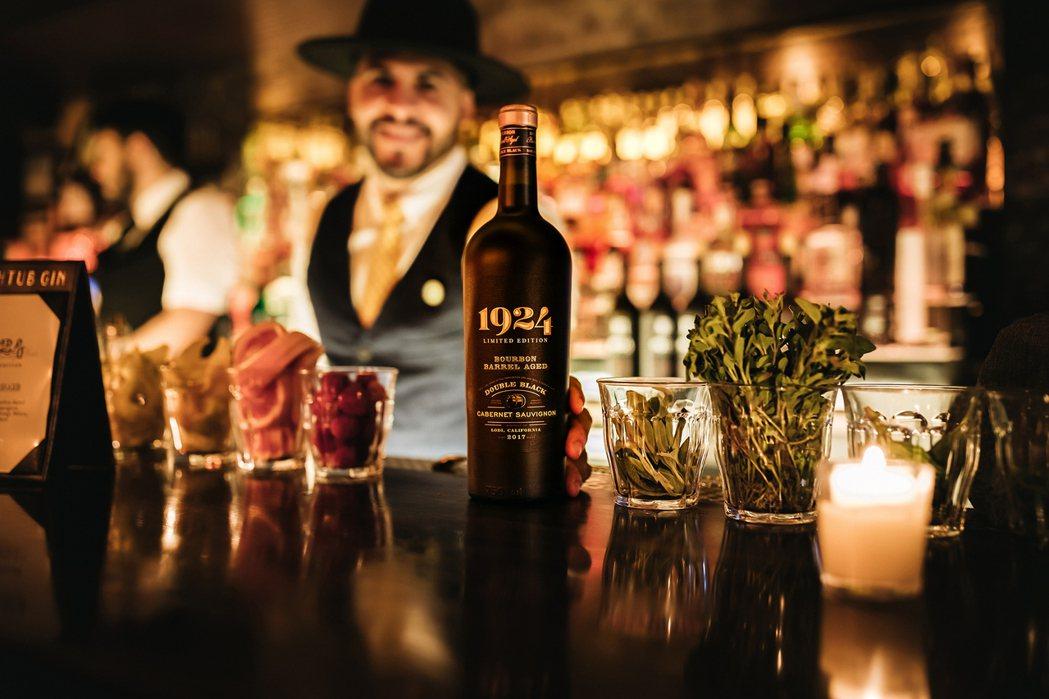 把歷史永遠保存下來的「美國1924黑牌蘇維翁波本桶紅葡萄酒」。橡木桶/提供