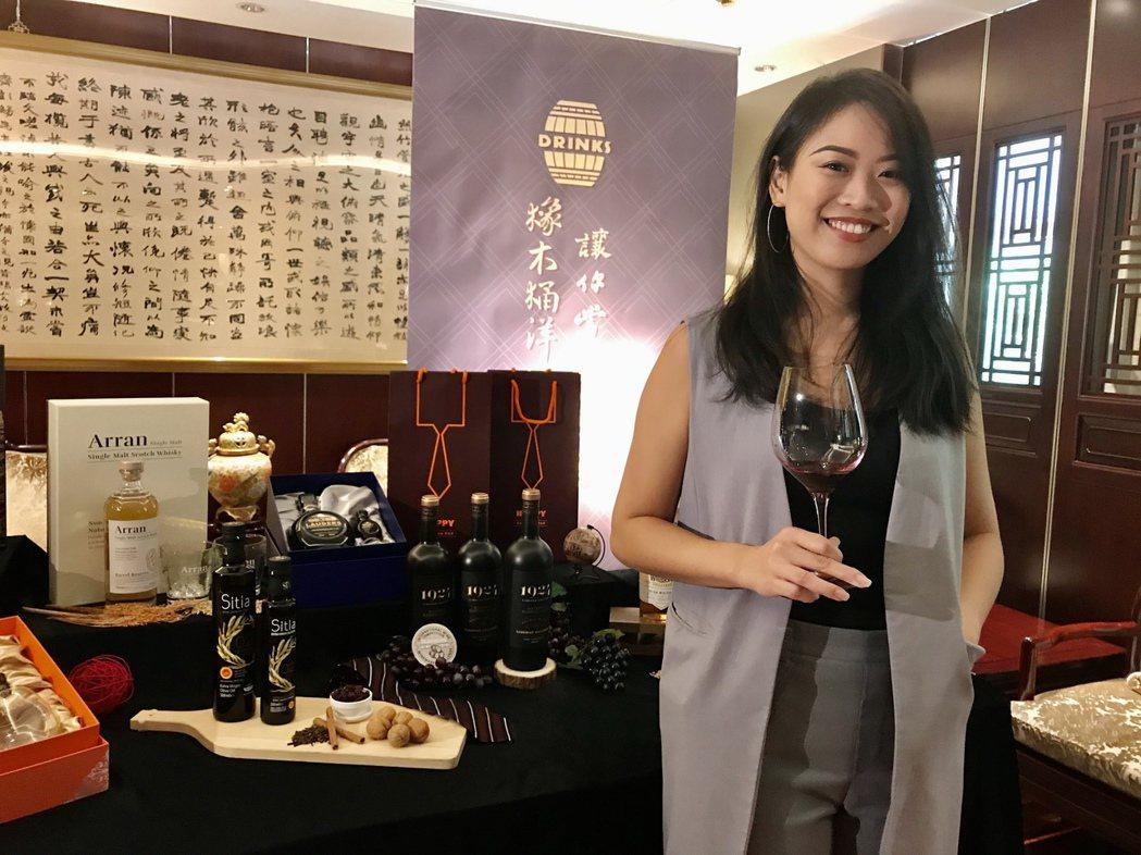 橡木桶洋酒產品企劃部副理陳佳琪表示,「美國1924黑牌蘇維翁波本桶紅葡萄酒」,透...