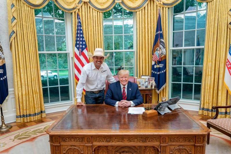 挺川普總統的「牛仔挺川普」後援會創始人格里芬(左)最近因為講錯話,立遭川普競選團隊劃清界線。圖/取自臉書