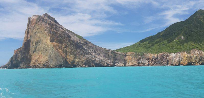 宜蘭地標龜山島每天開放1800人次登島人數管制。 中央社