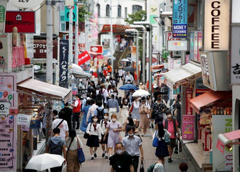 日本朝日新聞報導,東京都每天公布的新增病例數,大多是反映3天前的檢查結果,通常檢查件數愈多、確診病例也會愈多。圖為日本東京都竹下通29日街景,可見到行人戴上口罩。圖/路透社資料照