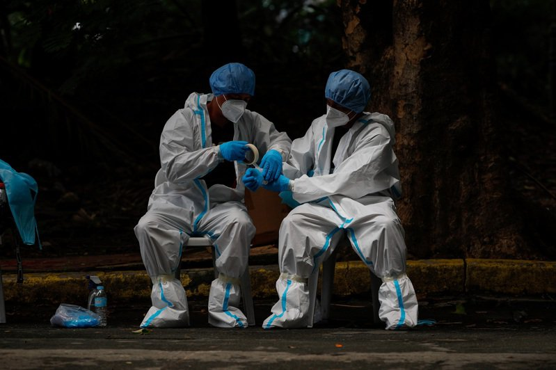 菲律賓首都馬尼拉第一線醫護人員呼籲當局加緊防疫、採取嚴格封鎖措施,衛生部今(2日)承諾一週內更新對抗2019冠狀病毒疾病(COVID-19)的策略,並增加馬尼拉的醫護人力。 歐新社