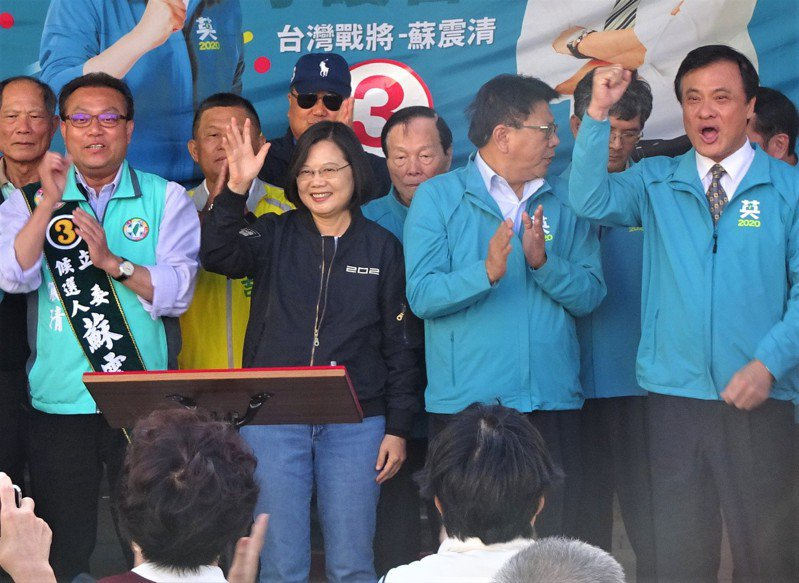 蘇震清(前排左)去年空降屏東第2選區立委選舉,靠蔡英文站台宣告「正綠」地位勝選。圖/聯合報系資料照片