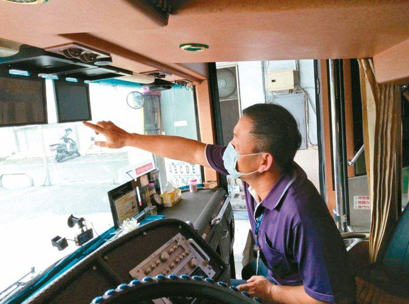 為了降低大型車輛視野死角,公路總局從107年起,規定新領照的大客車與大貨車應裝設行車視野輔助系統。 圖/南投監理站提供