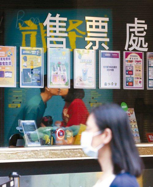 昨天新增一例疑似本土個案,指揮官陳時中指出,民眾進入電影院等公共密閉空間時,都應戴口罩。 記者葉信菉/攝影