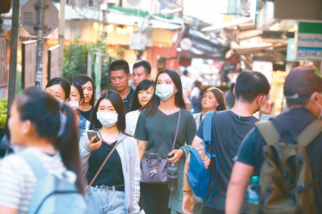 昨天新增7例確診,指揮官陳時中宣布,即起進入5大密閉空間須戴口罩;圖為台北逛街人...