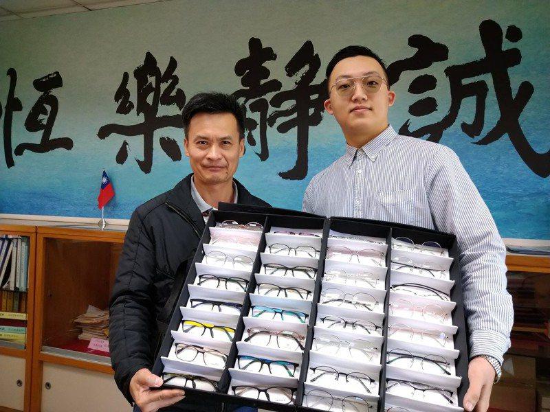 配鏡「代工」業者戚居恩(右)回饋母校基隆高中,免費為學弟妹配100付眼鏡;左為基隆高中校長鍾定先。圖/基隆高中提供