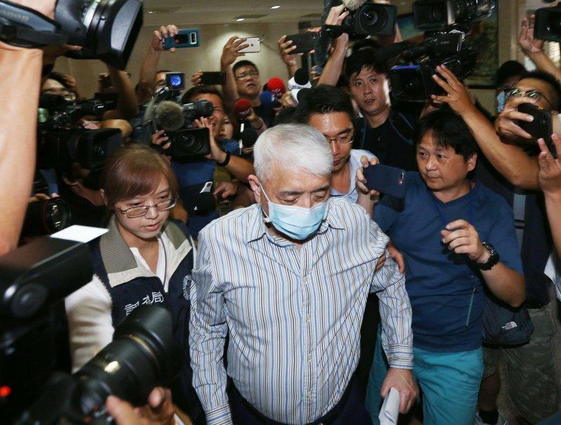 太流公司前負責人李恆隆(中)意圖奪回SOGO經營權,涉賄賂六名前現任立委,金額達數千萬元,昨天遭檢方聲押禁見。記者曾原信/攝影