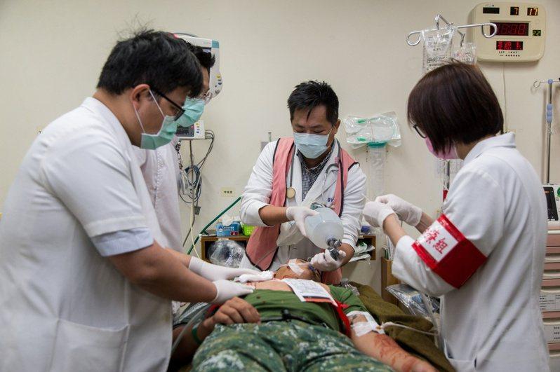 監察院調查獲知,預官停徵後,國軍部隊每年頓失600至700名預官軍醫的人力配置。圖/軍聞社