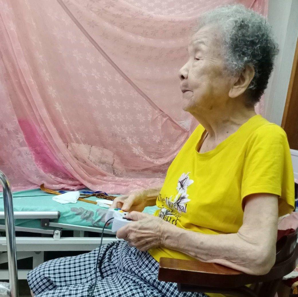 彰化縣田中鎮德東百貨商行98歲的阿嬤魏金花喜歡打電動,20年前就開始玩電動遊戲瑪...