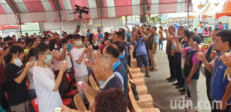 台中市潭子區公所今天在潭水亭,舉辦成年禮儀式,上百名18歲男女參加,喝下「成年酒」。記者游振昇/攝影