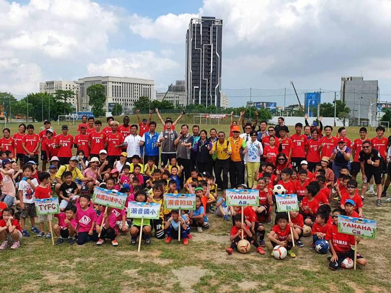 桃園市幼兒足球錦標賽體驗日今天9點開辦,許多家長帶領孩子們一同到足球場曬太陽、活動筋骨。記者陳夢茹/攝影