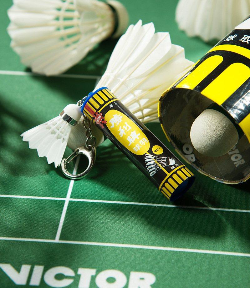 悠遊卡公司取得VICTOR勝利體育獨家授權,推出台灣首款運動主題「VICTOR羽球筒造型卡」。圖/悠遊卡公司提供
