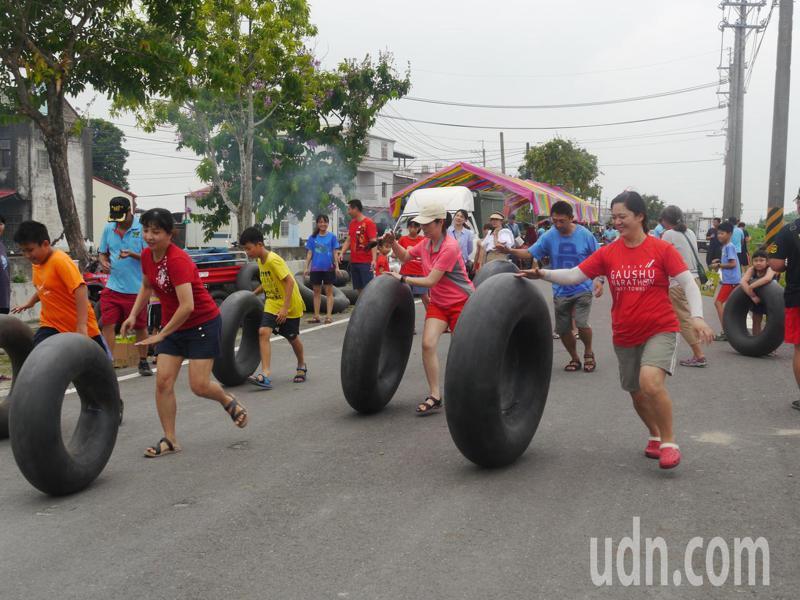 「紅短褲趴」上有多項趣味競賽,小朋友下場滾輪胎。記者徐白櫻/攝影