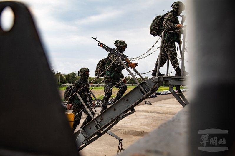 國防部上午表示,針對台灣本島及南海周邊海、空情動態,國軍透過聯合情監偵作為,持續嚴密掌握,確保國家主權及領土安全。圖/軍聞社
