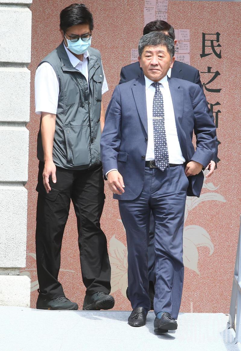 衛福部部長陳時中(右)上午到前總統李登輝追思會現場弔唁。記者葉信菉/攝影