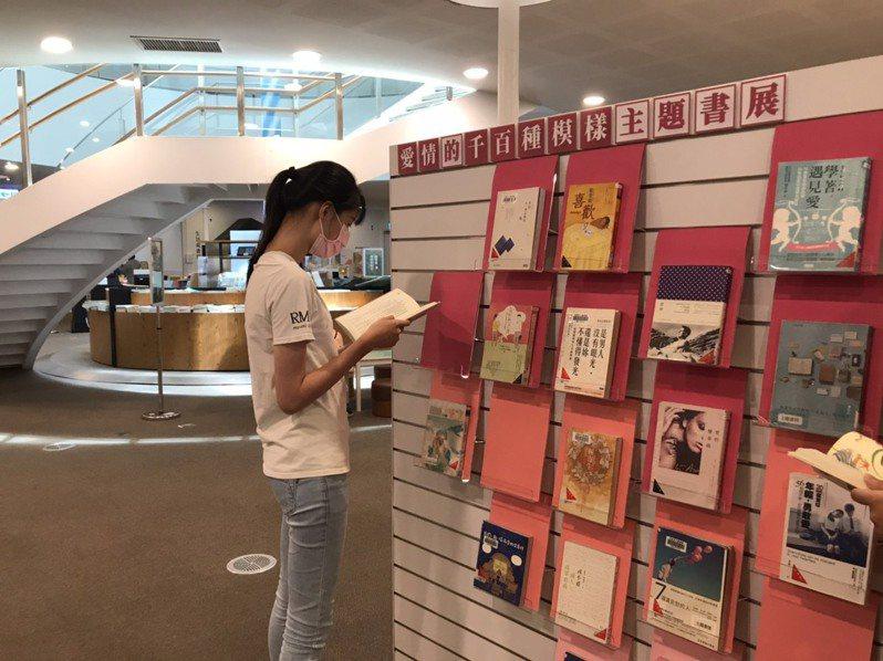 高雄市立圖書館總館在暑假期間,為書迷安排多元主題書展,滿足不同閱讀愛好的讀者。記者徐 如宜/攝影