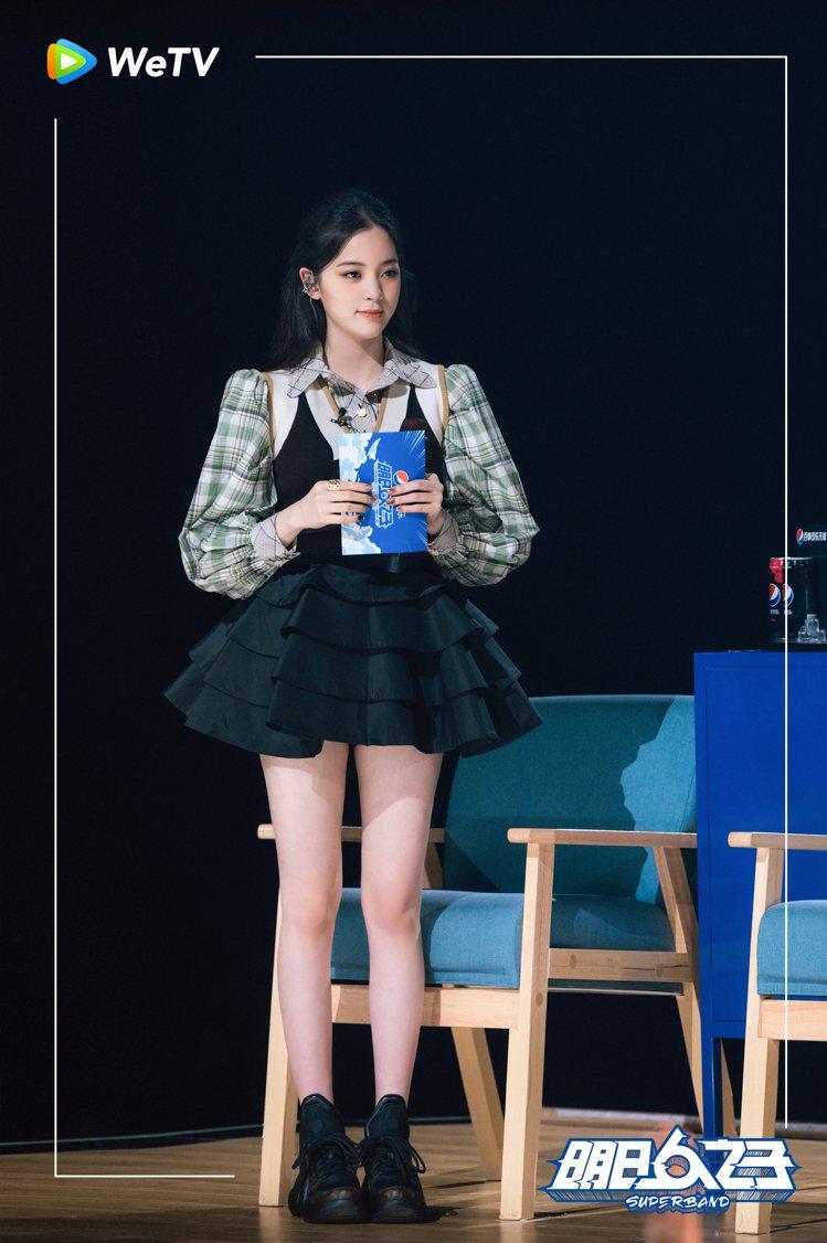 歐陽娜娜在「明日之子樂團季」秀出修長美腿。圖/WeTV提供