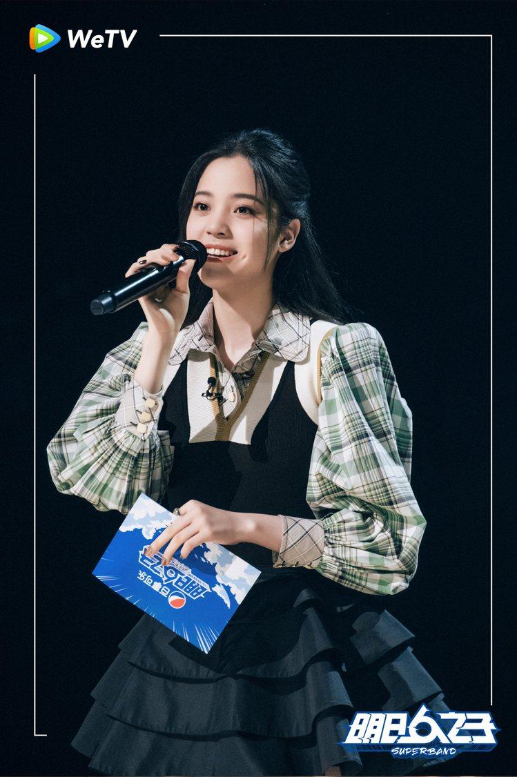 歐陽娜娜在「明日之子樂團季」展現甜美魅力。圖/WeTV提供