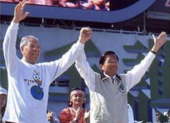 前總統陳水扁今天在臉書上提到2004年連任時舉辦228牽手護台灣活動,與前總統李登輝之間的一段過往。圖/取自臉書
