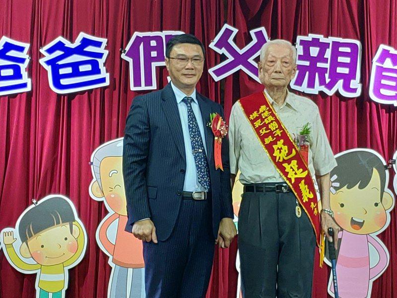 95歲施起義(右)是鹿港施美玉香舖的第六代掌門人,獲得今年模範父親表揚。記者林敬家/攝影