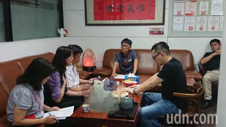 台中市議員張彥彤(右二)是前議長張宏年兒子,張家一家四口服用自費中藥鉛中毒,今衛...