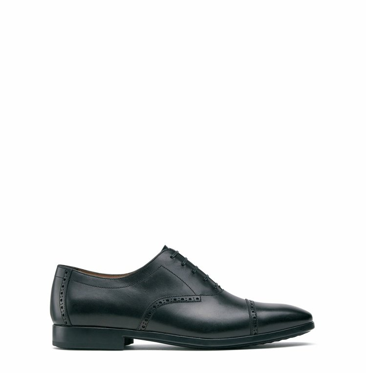 RILEY黑色牛皮雕花皮鞋,24,900元。圖/Salvatore Ferrag...