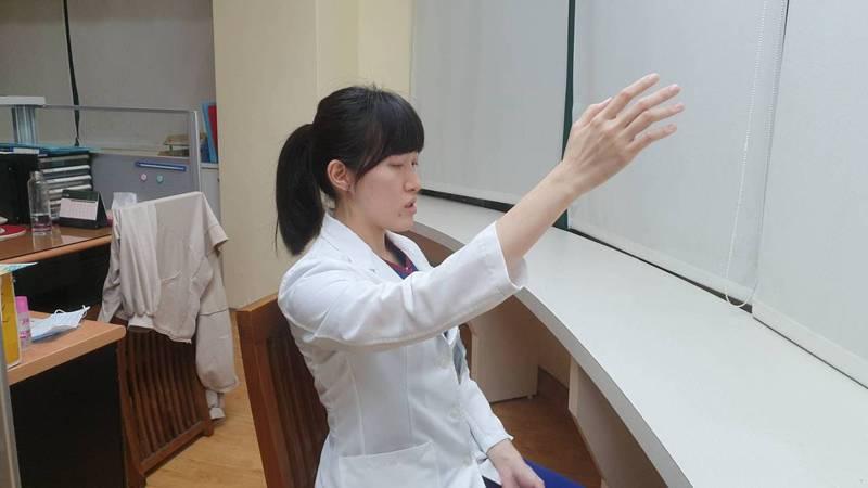 衛生福利部桃園醫院物理治療師黃晴表示,常見的腰酸背痛,物理治療會先給予熱敷及放鬆,再視情況加入肌肉訓練、核心訓練及姿勢矯正。記者陳夢茹/攝影