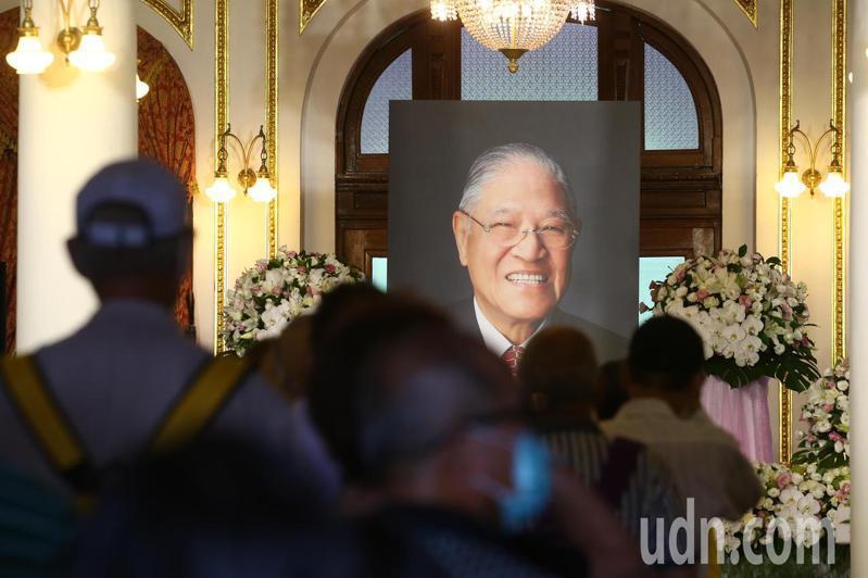 前總統李登輝追思會現場開放第二天,民眾排隊進場弔唁。記者葉信菉/攝影