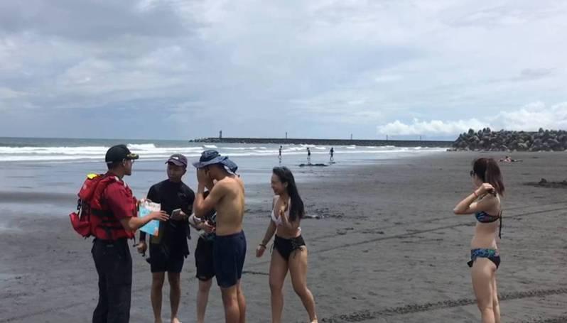 宜蘭外澳海邊是戲水衝浪勝地,哈格比颱風接近風浪逐漸增加,仍有大批泳客及比基尼女郎在海邊戲水,遭消防局人員勸離。圖/消防局提供