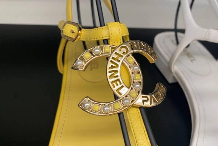香奈兒的雙C Logo人字涼鞋細節充滿驚喜,有的Logo是用珍珠和其他彩色珠飾等...