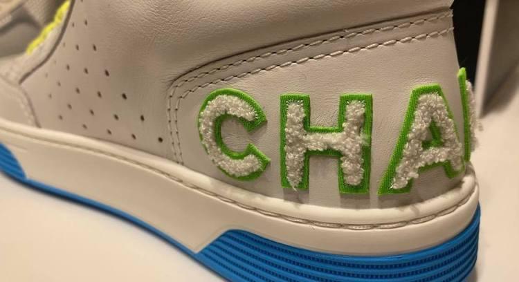 可愛的毛毛細節描繪出的CHANEL字樣點綴在腳後跟。記者吳曉涵/攝影