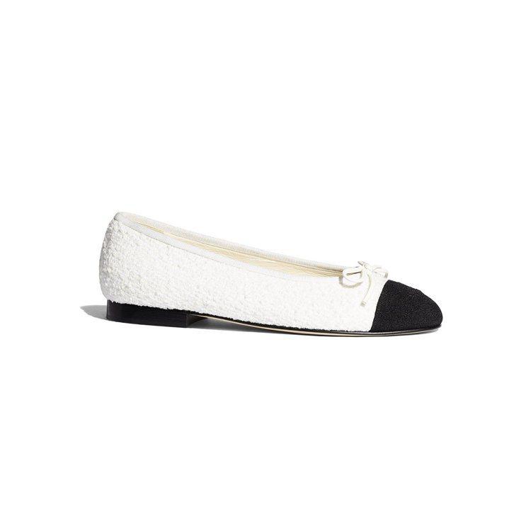白色斜紋軟呢雙色芭雷舞鞋,21,600元。圖/香奈兒提供