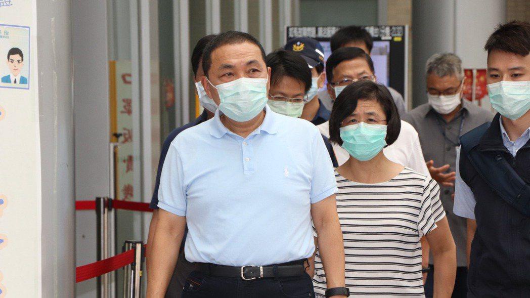 新北市長侯友宜前往醫院探視受傷員警楊庭豪。 記者吳亮賢/攝影