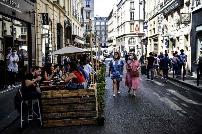 7月23日的法國巴黎街頭,餐館為遵守社交距離規定,利用棧板搭出露天用餐區。法新社