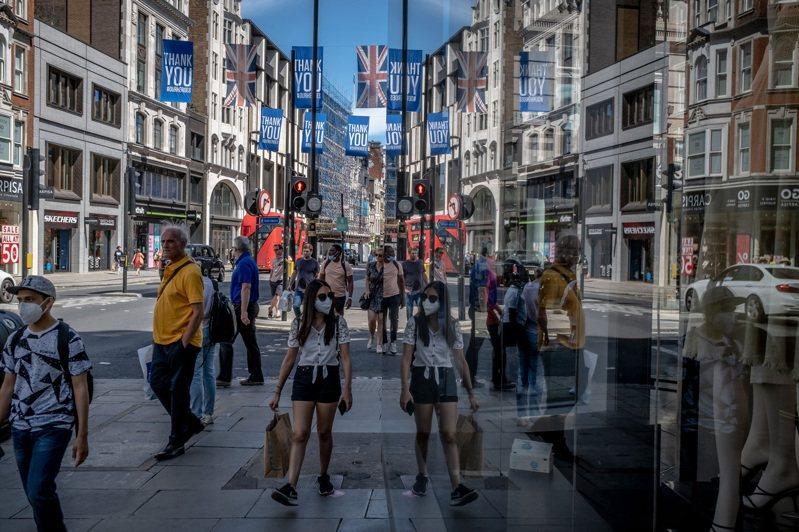 歐洲現在大致控制疫情,多數國家在保護勞工的同時,已重啟經濟。圖為7月30日的英國倫敦牛津街購物人潮。圖/取自紐約時報
