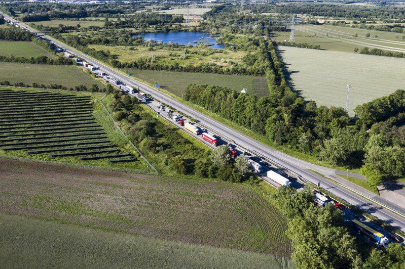 丹麥很早就實施嚴格的抗疫封鎖措施,後來也較早解封。圖為丹麥與德國6月15日重開邊界,丹麥E45高速公路上擠滿汽車及卡車。美聯社