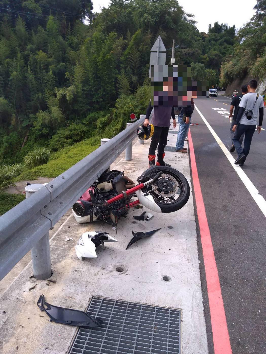 摩托車和特斯拉擦撞嚴重損毀。記者鄭國樑/攝影