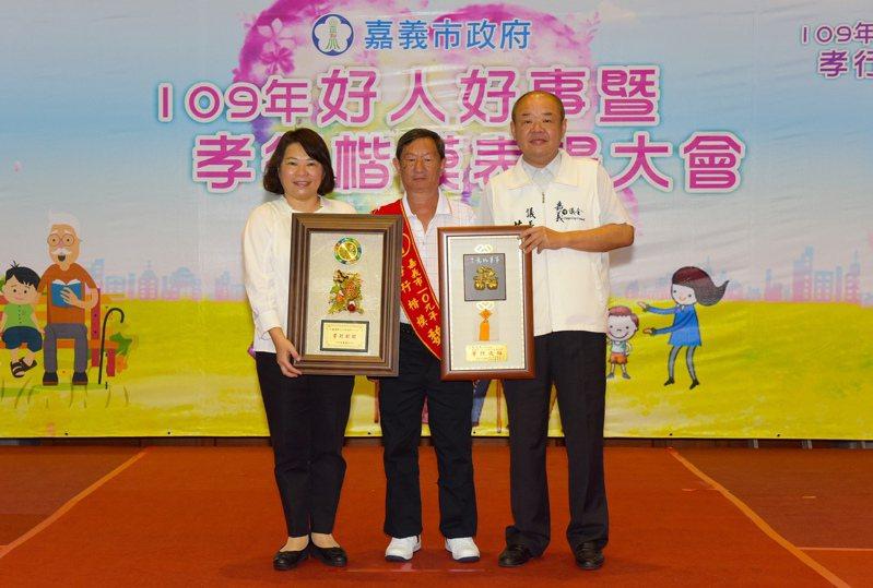 嘉義市民魏福來(中)全職照顧96歲老母親15年來不間斷,市長黃敏惠(左)、議長莊豐安表揚他為今年孝行楷模。圖/市府提供