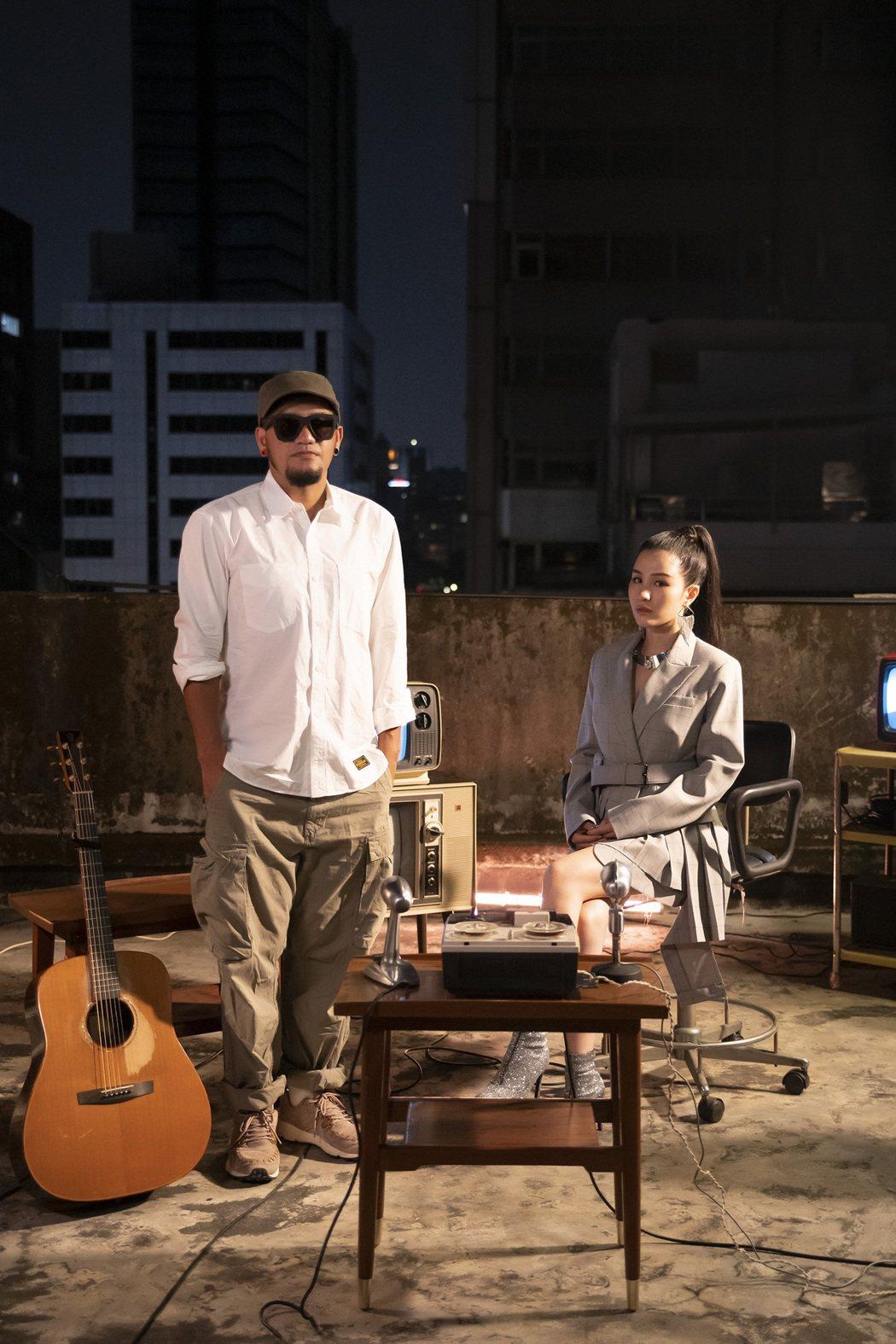 江靜新歌「都挺好的」與張震嶽(左)合唱。圖/本色提供